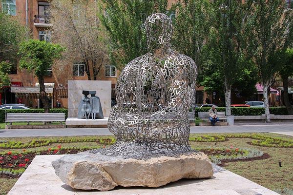 fb3ba713 a608 4fd1 abac c0cdc3bb4ab3 - Скульптура «Человек из букв»