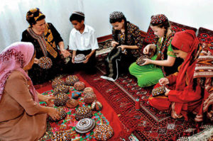 turkmen fason1 300x199 - Национальные туркменские одеяния и головные уборы
